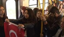 Metroda İstiklal Marşı okuyan gençlere yolculardan 10. Yıl Marşı ile yanıt