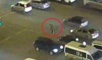 Qui va venir aider ce vieil homme qui est en difficulté pour traverser une grande avenue ?