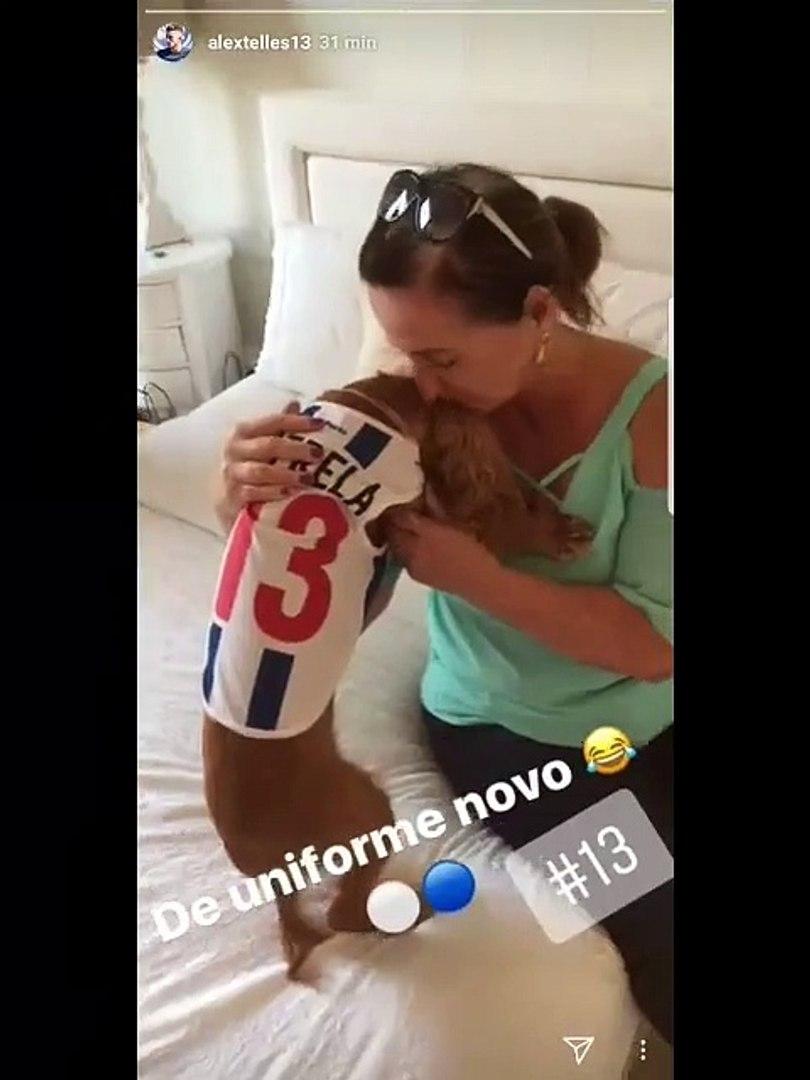 Alex Telles do FC Porto mostra a todos os adeptos a nova roupa da sua cadela
