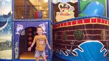 Jugando en la Piscina de Bolas Parque Infantil
