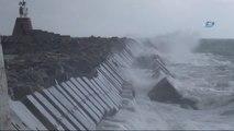 Şiddetli Rüzgarla Oluşan Dev Dalgalar, 7 Metrelik Liman Duvarını Aştı