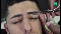 Ce barbier s'occupe de vous jusqu'aux sourcils