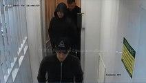 Trois gars font un repérage d'un magasin avant de le dévaliser.