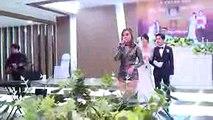 Lại thêm gái xinh đang hát bị làm tình trên sân khấu trước mặt quan khách  Loạn quá đi