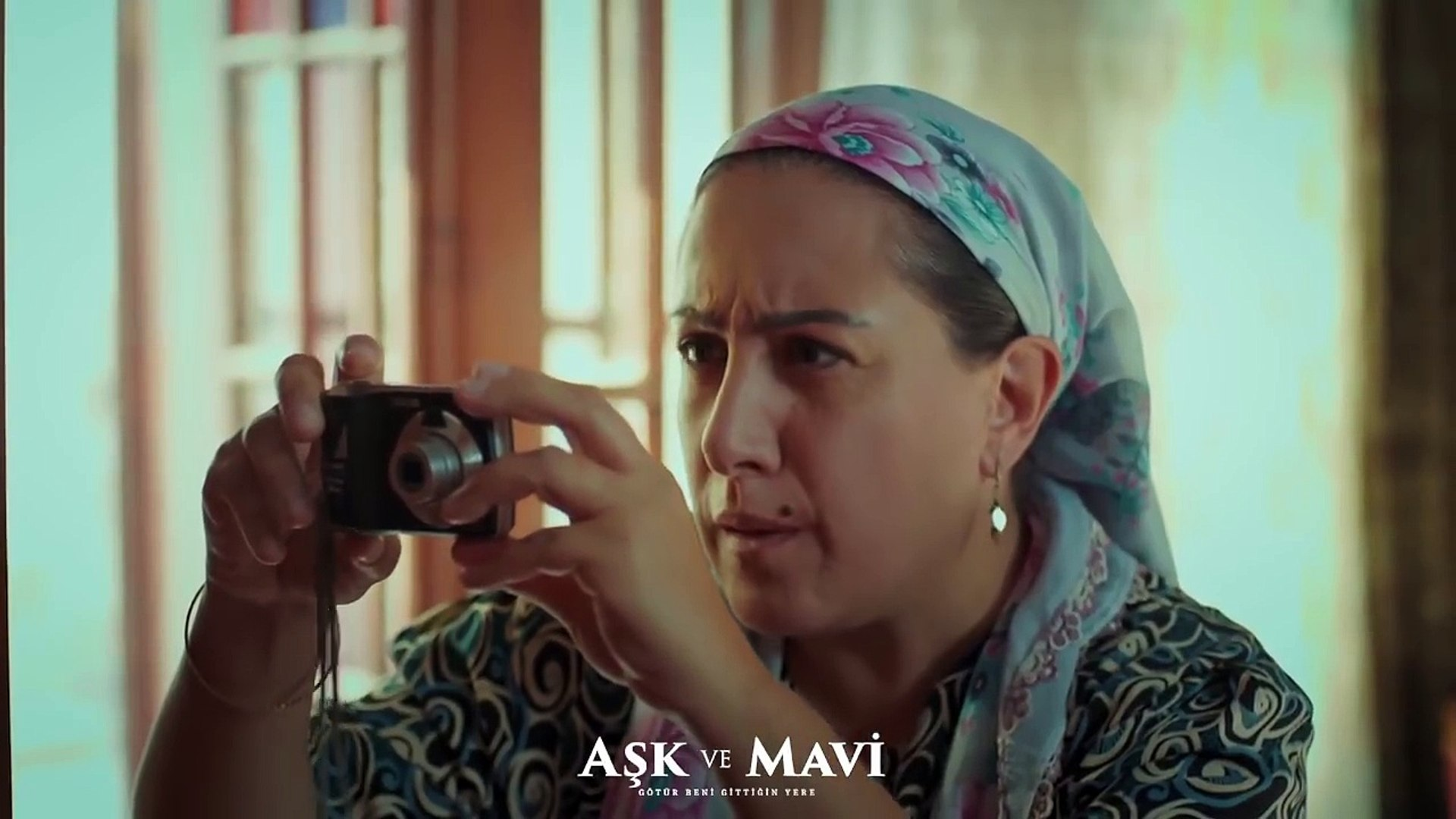 Aşk ve Mavi 37.Bölüm - Birgül, Safiye'nin isteğiyle elbiselerin resmini çeker!