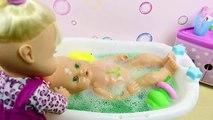 Aventuras en el baño de Las Bebés Nenuco Hermanitas Traviesas | Baño de Slime Baff Naia hace popó