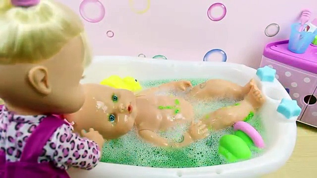 orificio de soplado Prestigio Propuesta alternativa  Aventuras en el baño de Las Bebés Nenuco Hermanitas Traviesas | Baño de  Slime Baff Naia hace popó─影片 Dailymotion