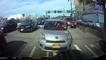 Une femme pète un câble dans sa voiture.