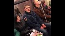 Ce gars a trouvé une technique imparable pour liberer de la place dans le métro... regardez!