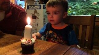 Thổi nến sinh nhật vất vả em bé 2 tuổ