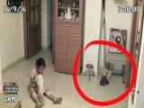 Ce papa place des caméras dans la chambre de sa fille et se rend compte que des choses étrange se passent... Esprits et fantomes!