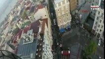 """Il réalise un """"saut de l'extrême"""" du haut d'une tour d'Istanbul"""