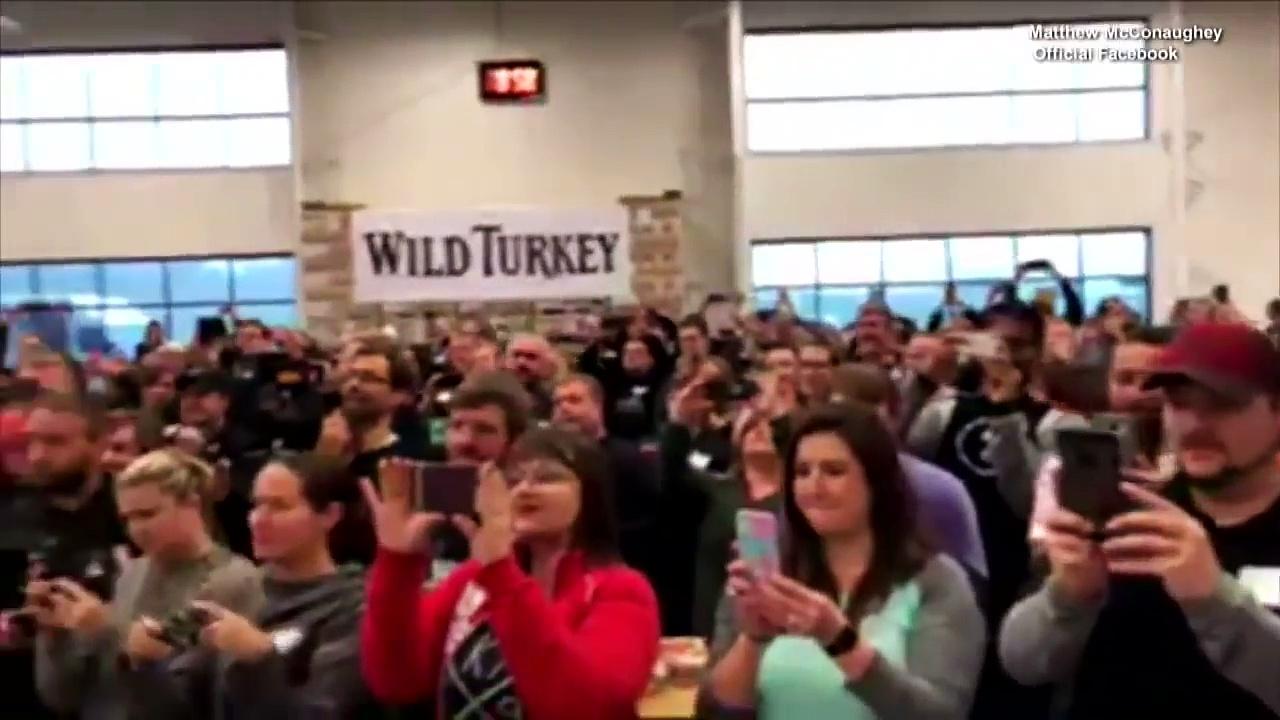 Matthew McConaughey Gives Away Turkeys to Surprised Town-WtwvgMIIohs