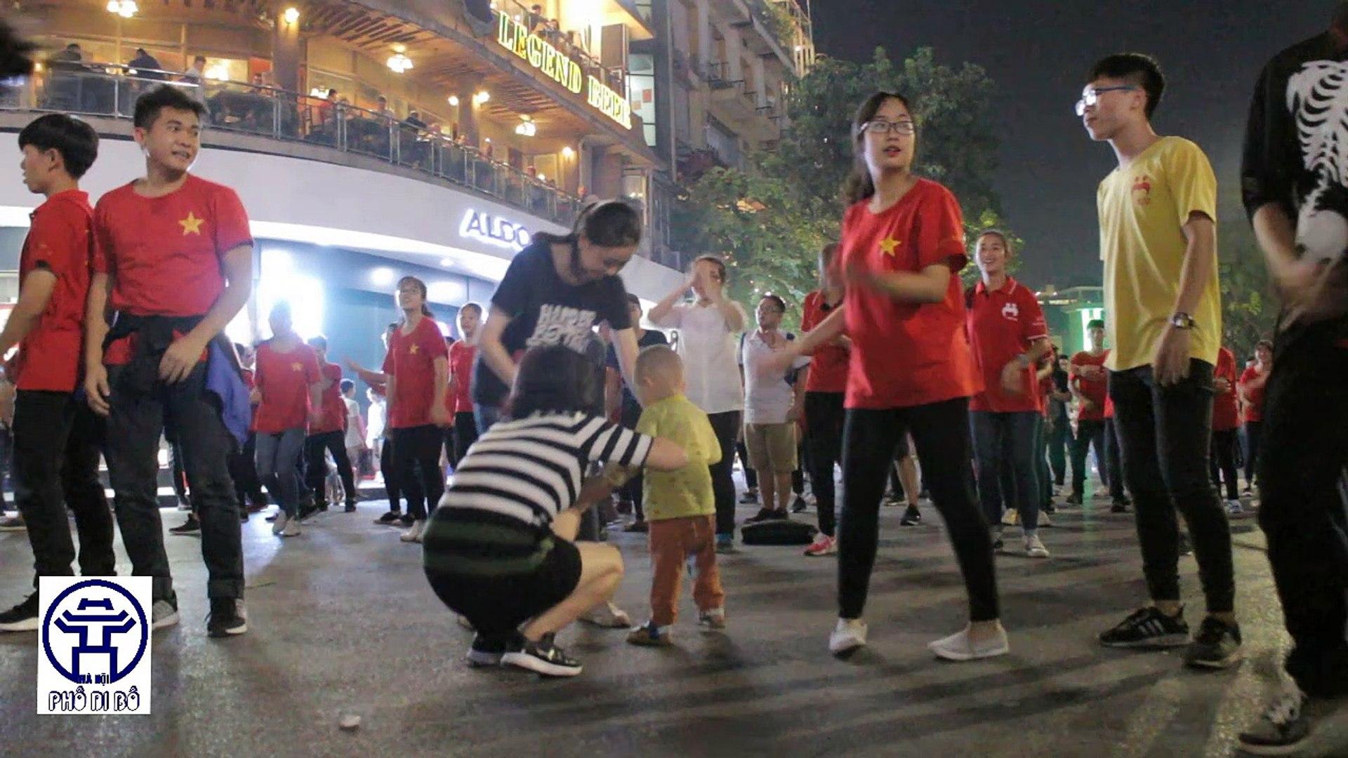 flashmob-tien-len-viet-nam-son-tung-mtp-cua-nu-sinh-pho-di-bo-phan-khich