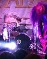 Ce batteur de metal se gerbe dessus en plein concert... Oups