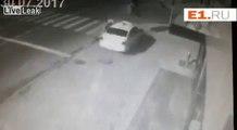 Ce piéton évité de justesse par une voiture qui fonce dans le feu rouge !