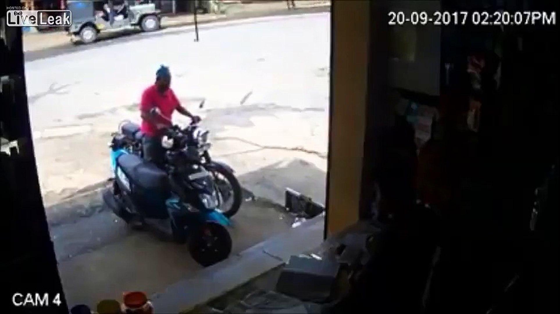 Amener sa moto au garage... et la détruire à l'arrêt lamentablement !