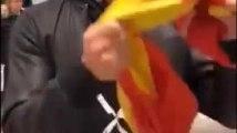 Puigdemont embrasse le drapeau espagnol