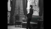 """Robert Hirsch interprète le rôle de Bouzin, dans la pièce """"Un fil à la patte"""" de Feydeau, mise en scène par Jacques Charon"""