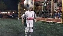 Ce bébé est le futur Messi... Si jeune et déjà le roi des jongles en Football