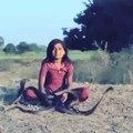 Cette fillette a été élevée entourée de serpents cobras et elle n'en a plus peur du tout