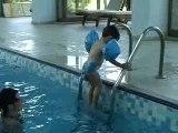 Théo à la piscine