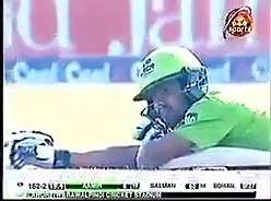 Watch how Bees Attack During Peshawar Vs Lahore Match
