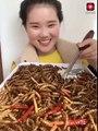 Cô gái ăn côn trùng, rết, bọ cạp một cách ngon lành khiến người xem nổi da gà