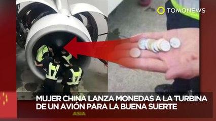 Mujer china tira monedas al motor de un avión para la buena suerte - TomoNews