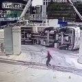 Ce camion qui charge du ciment va disparaitre... magie magie!