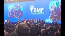 Emmanuel Macron hué lors de son arrivée au congrès de l'Assemblée des maires de France