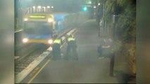 Cette femme ivre chute sur la voie au moment ou un train entre en gare...