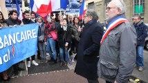 Le Front national manifeste devant une agence de la Société générale après la fermeture de ses comptes