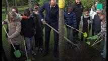 Édouard Philippe à planté son arbre, un pommier, dans le jardin de Matignon