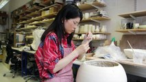 Hitomi Hosono nous dévoile sa technique pour créer ces sublimes porcelaines