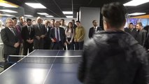 Başbakan Yardımcısı Işık, Gençlik Merkezini Ziyaret Etti, Gençlerle Masa Tenisi Oynadı (2)