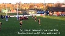 Deux équipes de rugby font tomber le poteau poteau pendant une mêlée