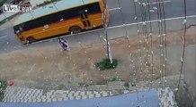 Le motard et son passager finissent en sandwich entre deux camions