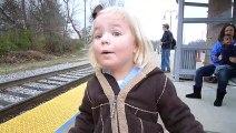 Magique le sourire de cette fillette qui attend le train