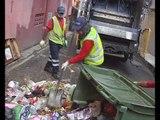 Menyelami tugas pengutip sampah