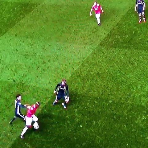 Pogba s'en sort super bien face à trois joueurs !
