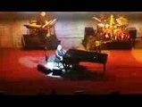 Elton John rend hommage à Johnny Hallyday lors de son concert à Monaco
