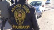 Diyarbakır Uygulama Yapan Polislere Kadınlardan Tandır Ekmeği İkramı