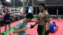 L'entrainement de ce Boxeur Thaï est dingue... Abdos en acier