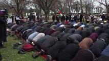 I musulmani pregano davanti alla Casa bianca
