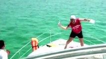 Ce débile ivre essai de plonger à la mer et se rate complètement