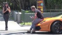 Il drague une femme assis sur sa Lamborghini, mais va très vite voir que ce n'est pas lui qui l'interesse..