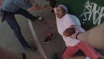 Un chien de la police attaque une femme innocente qui sort ses poubelles