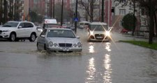 Edirne'de Sağanak Yağış Nedeniyle Sokaklar Göle Döndü, Evleri Su Bastı