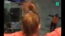 Ces enfants font une battle de danse avec un employé de l'aéroport